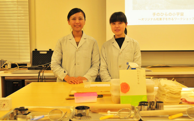「日菓(にっか)」の杉山早陽子さんと内田美奈子さん